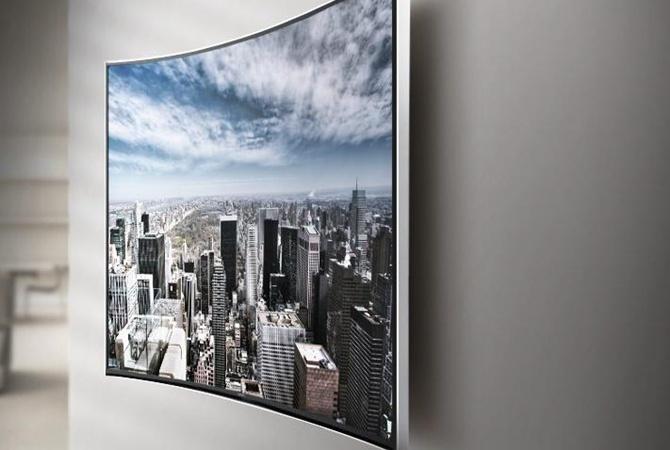 Как смотрится изогнутый ТВ на стене