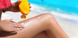 Нанесение крема от загара на кожу
