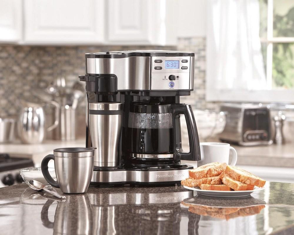 Эспрессо-комбайны во многом схожи с рожковыми кофемашинами, отличие – во встроенной кофемолке