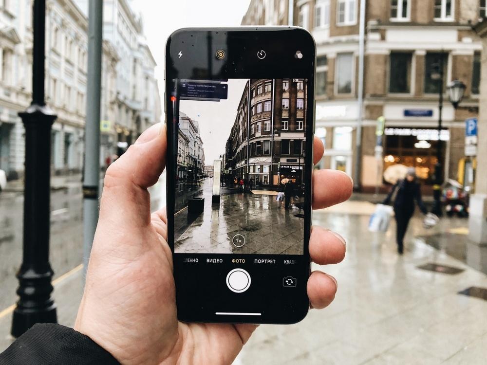 Смартфоны на iOS и на Android одинаково хорошо справляются с большей частью сценариев при фотографировании, в том числе с режимом HDR или ночными фото. Однако для снимков с естественным освещением лучше обращается iPhone.