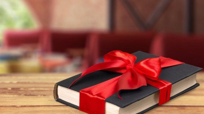 Книга в подарок - свидетельство хорошего вкуса и тона у дарящего. А также универсальный подарок
