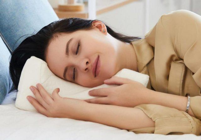 Подушка LoliDream специально разработана для минимизации деформации лица во время сна