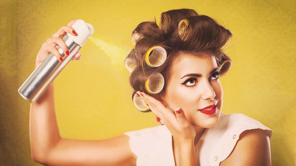 Важно наносить лак для волос правильно, чтобы прическа выглядела естественно, а волосы не склеивались