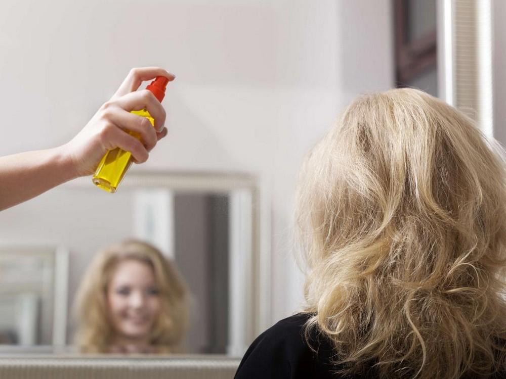 Сделать лак для волос можно из лимона, апельсина, уксуса, чая, сахара и других компонентов, и такие средства будут ничуть не хуже покупных вариантов