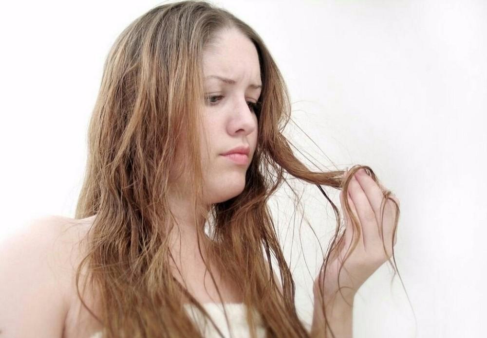 Для слабых и тонких волос подойдут лаки слабой или нормальной фиксации, которые придают объем и не «прибивают» прическу