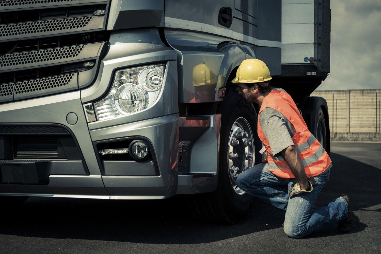 Ремонт грузовика на дороге — задача не из легких