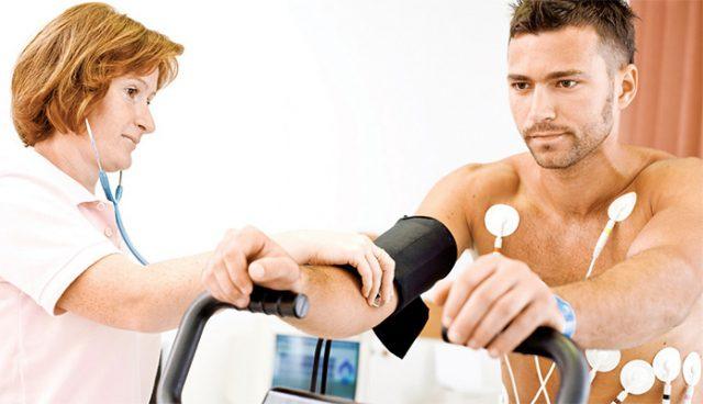Тренер и врач могут помочь в выборе комплекса, который будет учитывать индивидуальные нагрузки и текущее состоянии организма. В противном случае можно испортить печень и почки, а также навредить некоторым системам организма