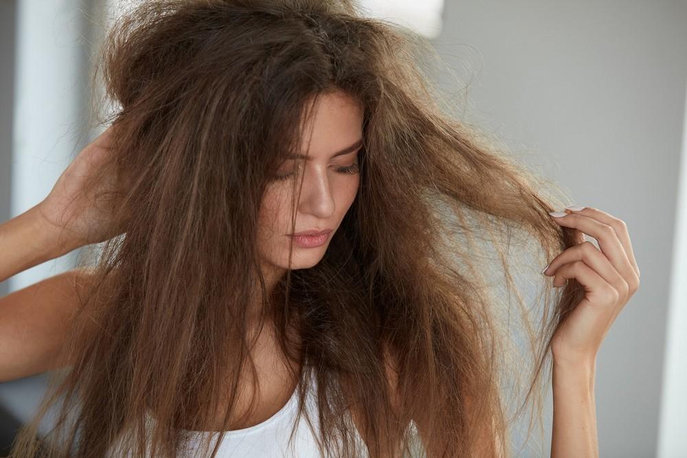 Для сухих и ломких волос лучше выбирать увлажняющие средства без спирта или с низким его количеством