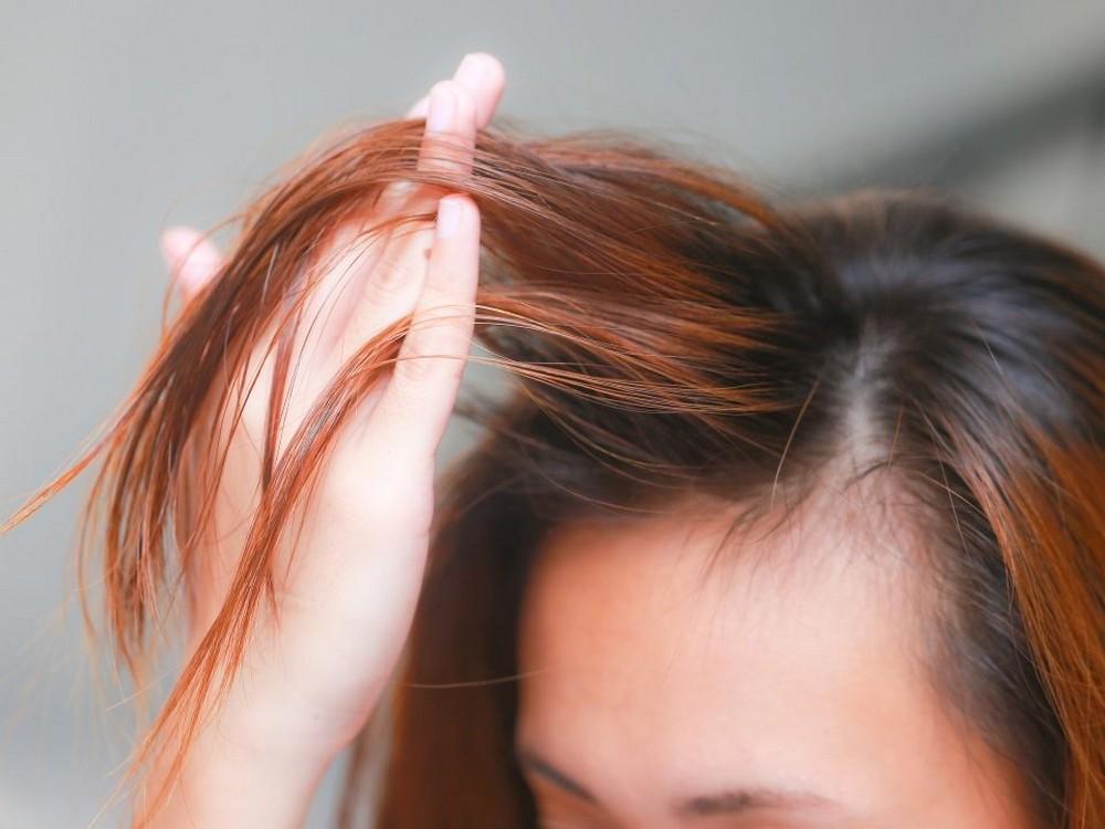 С жирными волосами хорошо справятся лаки, придающие объем, не утяжеляющие прическу и не создающие жирного блеска