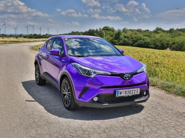 Фиолетовая машина не сливается ни с асфальтом, ни с линией горизонта
