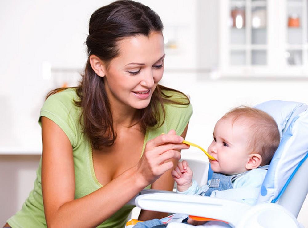 Необязательно приобретать стульчик для кормления сразу после рождения малыша – можно дождаться возраста в 4-6 месяцев, когда он действительно понадобится