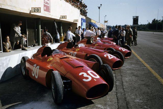 Первые гоночные болиды «Феррари» были красными, что положило начало фирменному цвету