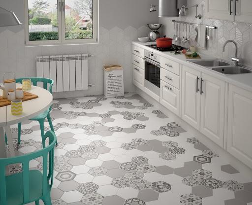 Для небольших кухонь лучше всего подойдет светлая плитка