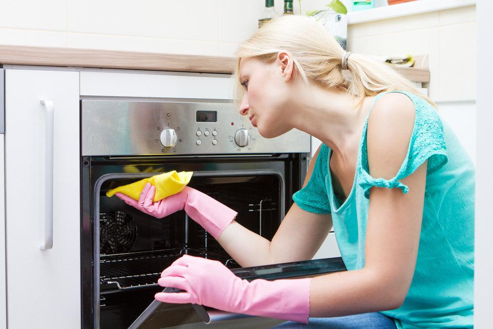 После пиролитической очистки нужно лишь протереть духовку салфеткой