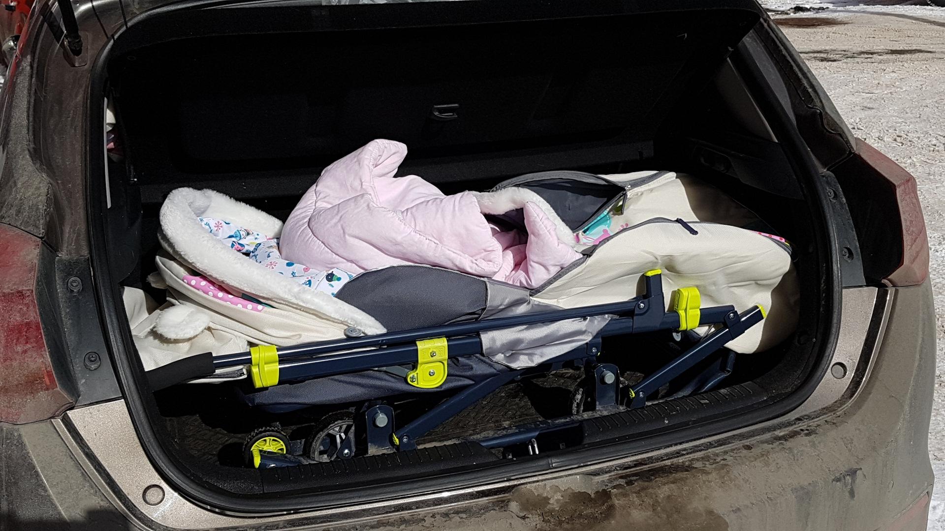Санки-коляска, готовые к перевозке в машине