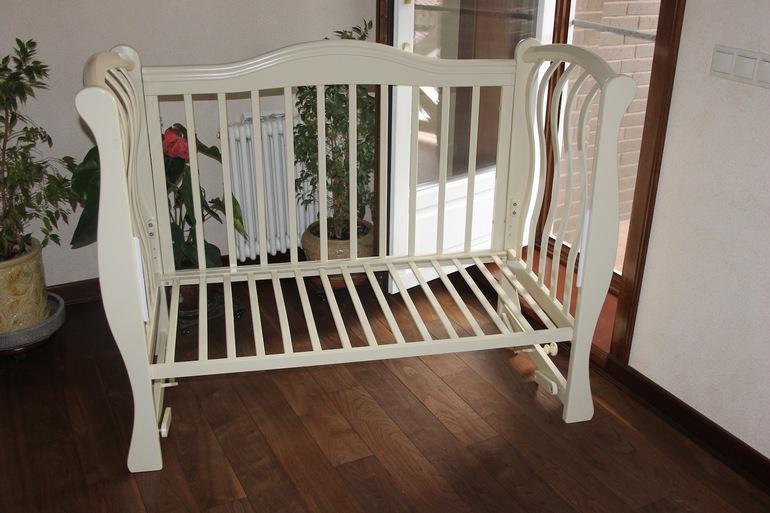 Лучше, чтобы дно кроватки было реечным – это полезно для лучшей циркуляции воздуха