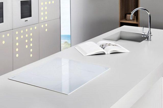 Белая индукционная плита в интерьере
