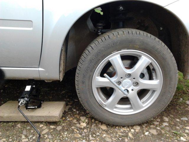 Демонтируем колесо и поднимаем транспортное средство с помощью домкрата