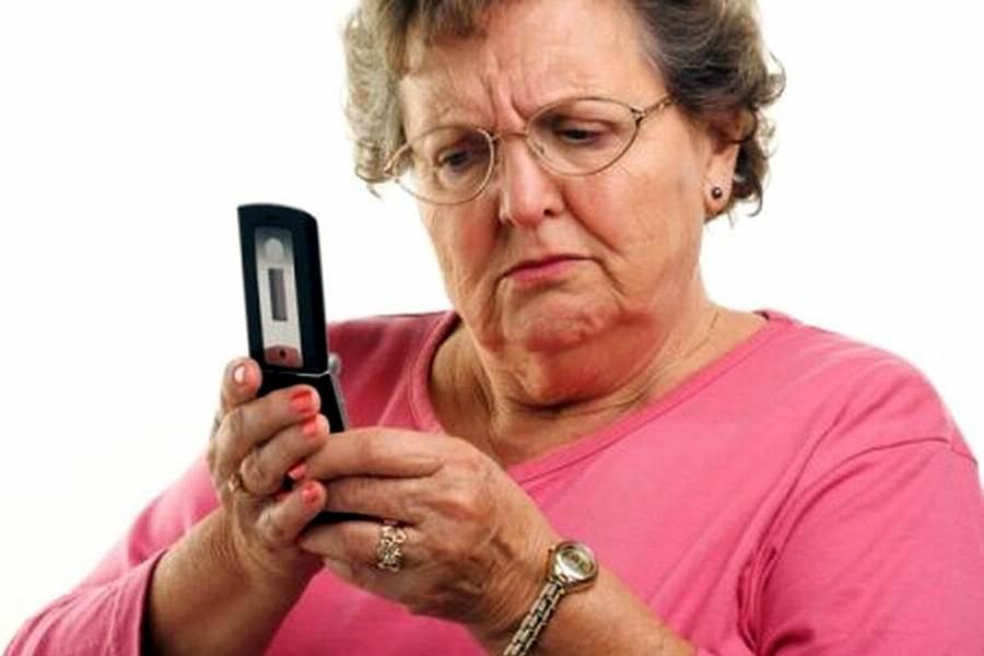 Кнопочный телефон — идеальный вариант для пожилого человека