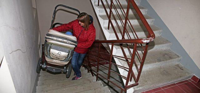 Коляску часто приходится поднимать и спускать по лестнице