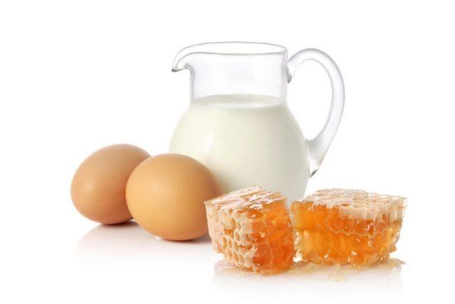 Молоко с медом и яйцом