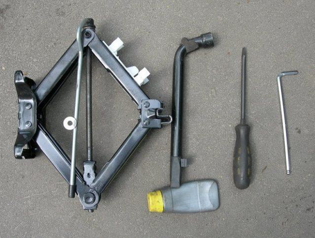 Необходимые инструменты для замены тормозных колодок на авто