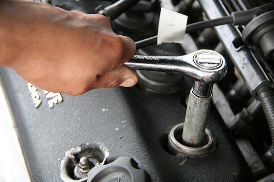 Выкручиваем деталь, используя для этого специальный ключ