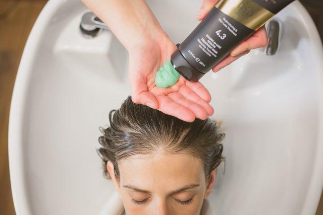 Выбирать средство для мытья головы необходимо, учитывая тип волос